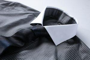 Cravate nouée sur une chemise