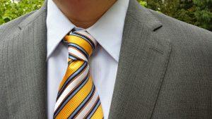 un joli noeud de cravate à rayures jaunes